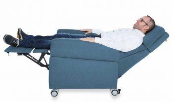 Pflegesessel mit Liegefunktion: Der Nutzer kann den Sessel somit den ganzen Tag nutzen.