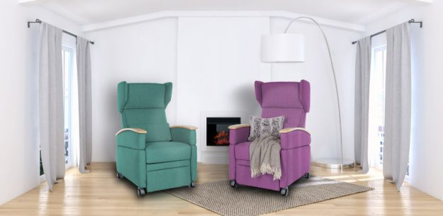 """Zwei Pflegesessel mal """"anders"""". Dies sind sicherlich nicht jedermanns Lieblingsfarben, jedoch geben sie dem Nutzer ein wirklich individuelles Gefühl. Diese beiden VIANDO+ Sessel der Firma KRANICHconcept sind Einzelstücke."""
